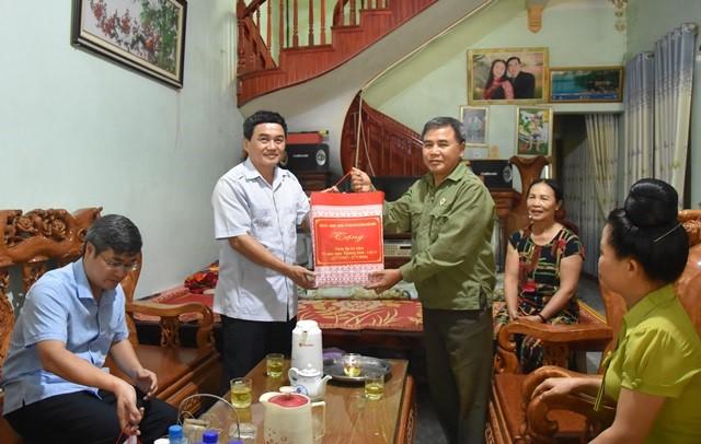 Phó Chủ tịch UBND tỉnh Lê Văn Quý thăm, tặng quà gia đình chính sách trên địa bàn huyện Điện Biên